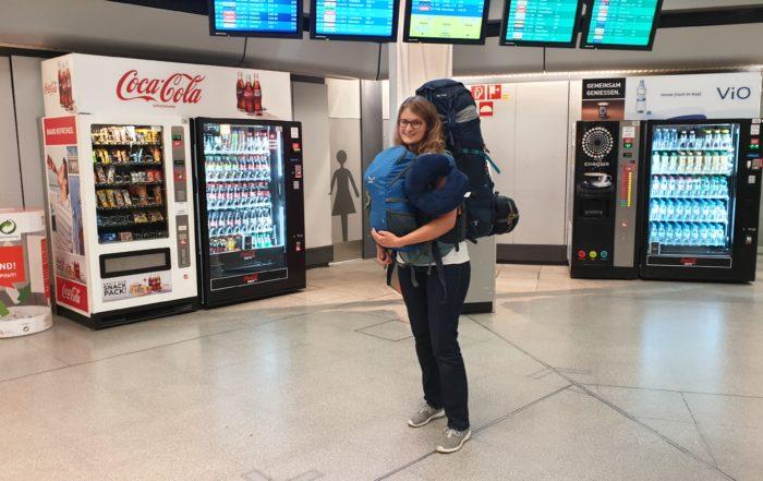 Abreise auf dem Flughafen Berlin-Tegel - vollgepackt mit Backpack und Rucksack
